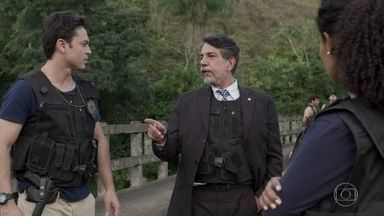 Siqueira comemora a prisão do segundo ladrão do hotel - Expedito conduz Agnaldo para a viatura