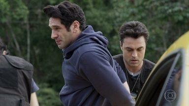 Agnaldo é preso - O delegado Siqueira se irrita ao ver Domênico no local da prisão. Eric vai embora com o helicóptero sem ter a identidade revelada