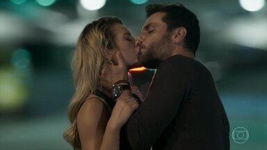 Jeiza e Caio se beijam - Policial tenta justificar beijo, mas acaba se entregando
