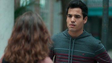 Samantha provoca Guto por causa de Clara - Ela diz ao rapaz que já sabe tudo o que aconteceu na noite passada