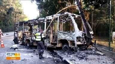 Dois jovens morrem em acidente grave na Zona Norte - A moto em que eles estavam bateu de frente com um ônibus.