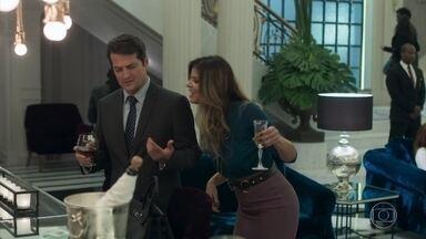 Maria Pia comemora o desentendimento entre Eric e Luíza - Malagueta fica com ciúmes, mas a filha de Athaíde lembra que ainda guarda as provas contra o amigo