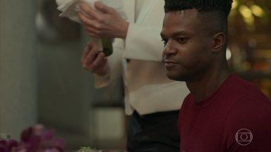 Dom tranquiliza a família biológica e repreende Sabine - Dílson não se abala e fala pelos cotovelos durante o jantar