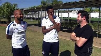 Murilo Benício conhece os jogadores noveleiros do Corinthians - Murilo Benício representou o jogador Tufão na novela Avenida Brasil e conheceu os jogadores Jô e Felipe Bastos no CT do Corinthians.