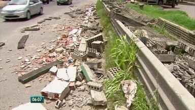 Muro cai parcialmente e prejudica operação em terminal integrado de passageiros em Olinda - Acidente ocorreu no Terminal da PE-15, um dos principais do Grande Recife