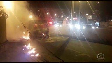 Na volta do feriado, dois ônibus são queimados por bandidos na Zona Norte - Depois da morte de traficante do Caju bandidos queimaram ônibus que passava pela Av. Brasil e pelo viaduto Ataulfo Alves, em Benfica.