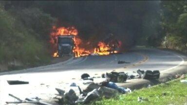 Polícia investiga o transporte do granito que caiu de uma carreta e matou 11 pessoas no ES - Dez vítimas eram de um grupo de dança da cidade de Domingos Martins.