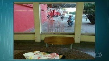 Tentativa de assalto a carro-forte em Santa Cruz deixa criança e mulher baleadas - Quatro criminosos tentaram roubar um carro-forte no supermercado Extra. Assaltantes e vigilantes trocaram tiros. Vítimas tem quadro de saúde estável.