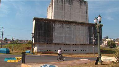 Obra do Centro Cultural de Irati está para há seis anos - R$4,5 milhões já foram gastos numa estrutura que está abandonada.