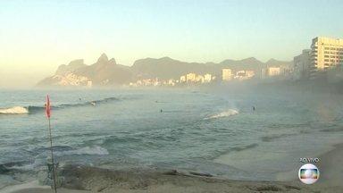 Orla do Rio amanhece com névoa - Mudança em direção de ventos deixou umidade na cidade do Rio. Temperaturas seguem subindo nesta quarta (13); não há previsão de chuvas no estado.