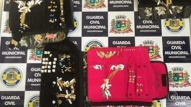 Mulher é detida com semijoias furtadas em Araçariguama - Uma mulher de 20 anos foi detida na tarde desta terça-feira (12) com semijoias furtadas. A apreensão foi na Vila Real, em Araçariguama (SP). De acordo com a Guarda Civil Municipal, em trabalho conjunto com a Polícia Civil, os bens recuperados são avaliados em R$ 16 mil.