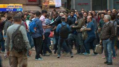 Protesto em frente ao Santander Cultural termina com briga entre manifestantes - Grupos contra e a favor do cancelamento de exposição sobre diversidade em Porto Alegre trocaram socos e a polícia interveio com gás lacrimogênio e bombas de efeito moral.