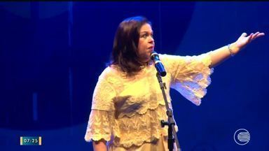 Cantora Amelinha encanta platéia em show acústico no Theatro 4 de Setembro - Cantora Amelinha encanta platéia em show acústico no Theatro 4 de Setembro
