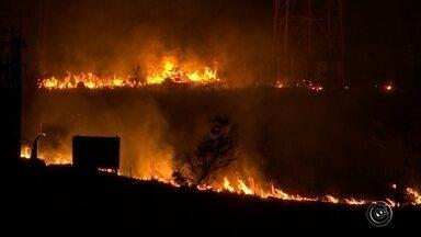 Bombeiros levam horas para combater fogo às margens de rodovia e em fazenda - Dois grandes incêndios atingiram áreas de vegetação natural na noite desta terça-feira (12) e mobilizaram os bombeiros por horas em Sorocaba (SP).