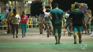 Lei que proíbe a passagem de veículos na orla vem sendo descumprida por ciclistas - Em horários de pico e de intensa movimentação, pessoas pedalam no calçadão expondo ao risco pedestres.