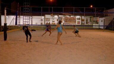 Vôlei de praia reúne várias gerações na mesma escolinha em Campo Grande - De criança a idoso, modalidade conquista gente de várias idades.