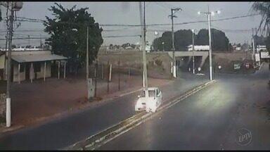Motorista bate carro em poste no Jardim São Paulo em Barretos, SP - Imagens de câmera de segurança mostram que o motorista perdeu o controle da direção.