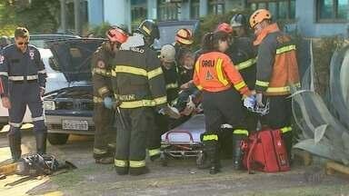Motorista fica ferido em acidente no bairro Lagoinha em Ribeirão Preto - Carro bateu na lateral do outro e condutor ficou preso nas ferragens.