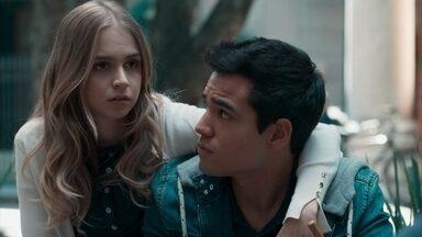 Clara insinua a Felipe que algo aconteceu entre Lica e Bóris - O rapaz tenta defender a namorada, mas não entende os argumentos de Clara