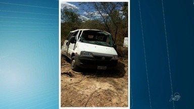 Criança de dois anos morre em capotagem de van próximo a Quixadá - Outras oito pessoas ficaram feridas