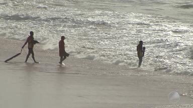 Bombeiros buscam corpo de jovem desaparecido ao tomar banho de mar em Amaralina - Reinaldo dos Reis, de 20 anos, se afogou na tarde de quinta-feira (14). Veja mais detalhes na previsão do tempo.