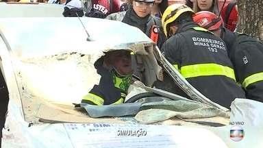 Bombeiros e UFMG fazem simulação de resgate de motorista acidentado, em Belo Horizonte - Iniciativa é uma das ações relacionadas à Semana Nacional de Trânsito.
