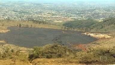 Bombeiros e brigadistas combatem incêndio no Parque Estadual da Serra do Rola Moça - Neste domingo, o fogo chegou perto de residências.