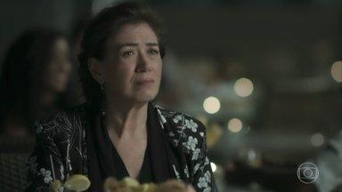Silvana acredita que a gravidez de Irene é falsa - A vilã mostra exame para a arquiteta