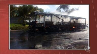 Ônibus é incendiado no bairro de São Tomé de Paripe, em Salvador - Este ano, 13 ônibus já foram queimados na capital baiana, de acordo com o Sindicato dos Rodoviários.