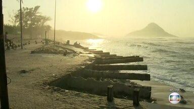 Trecho do calçadão da Praia da Macumba, no Recreio, desaba - De acordo com os moradores, não havia ressaca quando ocorreu o desabamento.