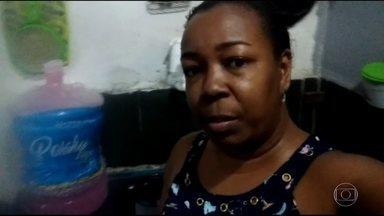 Moradores denunciam falta de água em vários bairros de Guapimirim - Eles dizem que estão sem água há mais de 10 dias. Moradores estão recorrendo a água de cachoeira.