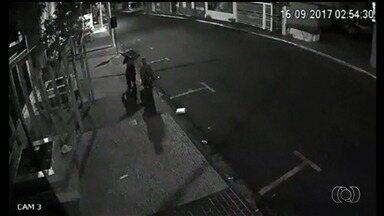 Casal é flagrado por câmera após furtar lanchonete de uma igreja em Rio Verde - Homem e mulher caminham tranquilamente pela rua depois do crime.