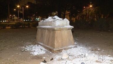 Vândalos destroem estátua em praça do Centro de Belo Horizonte - A imagem de um leão foi completamente destruída.