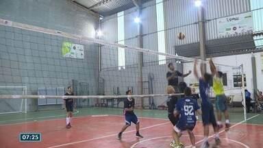 Projeto de voluntários descobre talentos do vôlei no ES - Ação acontece no bairro Guaranhuns, em Vila Velha.