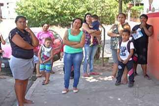 Problema em escola de Itaquaquecetuba faz pais ajudarem em manutenção - Eles estão auxiliando na limpeza.