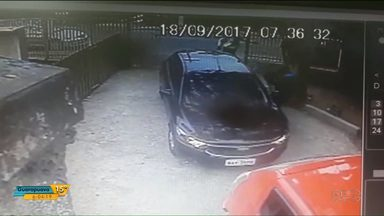 Bandidos atiram contra professora em porta de escola, em Colombo - Os bandidos tentaram roubar o carro da professora.