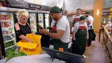 Participantes vão ao mercado - Eles tentam encontrar os ingredientes e economizar nas compras