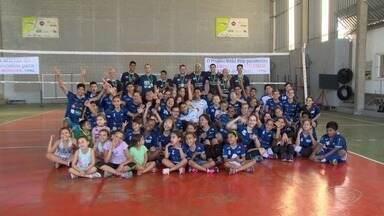 Projeto de vôlei revela talentos do esporte no Espírito Santo - Trabalho desenvolvido por voluntários continua revelando talentos no esporte.