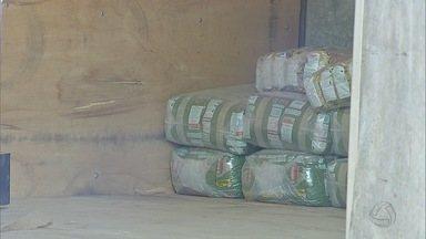 Ladrões arrombam porta de caminhão-baú e furtam 450 quilos de erva-mate em MS - Motorista estacionou caminhão em frente de casa no jardim Anache, em Campo Grande. Ele percebeu o furto no momento em que saia para trabalhar.