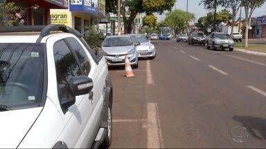 Uso de cones para marcar estacionamento em Dourados pode gerar multa - Em Dourados, o uso de cones para reserva de vagas de estacionamento tem sido comum. O que muitos não sabem é que isso é infração de trânsito e dá multa.