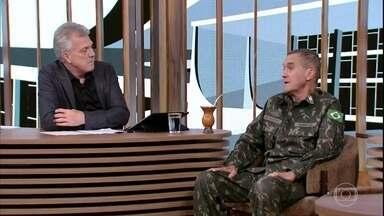 General Eduardo Villas Bôas fala sobre carreira militar e entrada das mulheres no exército - Eduardo foi recebido com um discurso caloroso de Pedro Bial