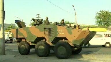 Com blindados e 500 homens, Exército faz operação para recuperar pistola - Agentes entraram na Favela do Muquiço, em Guadalupe. Operação foi suspensa porque criminosos devolveram a arma a líderes comunitários, que entregaram a arma aos militares.