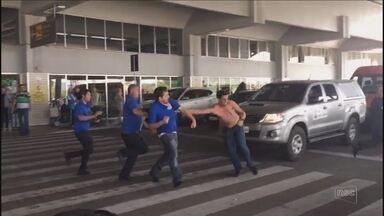 Taxistas e motoristas de turismo entram em conflito no aeroporto de Florianópolis - Taxistas e motoristas de turismo entram em conflito no aeroporto de Florianópolis