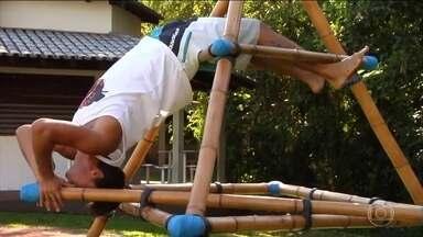 Técnica com bambu integra homem e natureza em prol da saúde - Movimentos feitos na pirâmide de bambu ajuda a criar uma consciência corporal dos praticantes da técnica.