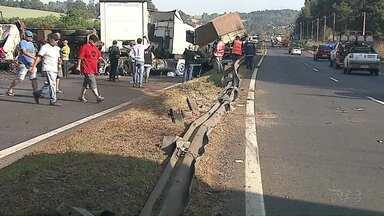 Uma pessoa morreu em um acidente na região de Ponta Grossa - Carga perigosa ficou espalhada na rodovia.