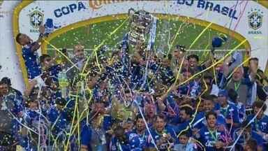 Cruzeiro é campeão da Copa do Brasil pela quinta vez - Conquista do título veio com a vitória sobre o Flamengo nos pênaltis depois do empate sem gols no tempo normal. Diego desperdiçou a cobrança que acabou dando a vitória ao time de Minas.