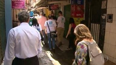 Escolas, creches e unidades de saúde voltam a funcionar normalmente, na Rocinha - Prefeito Marcelo Crivella esteve na favela, acompanhado de secretários, e falou como serão investidos os R$ 15 milhões para a comunidade.