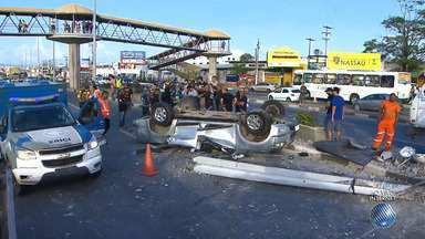 """Homem morre em acidente grave na Estrada do Coco, em Lauro de Freitas - Há suspeita de que um """"racha"""" acontecia no local no momento do acidente; confira os detalhes."""