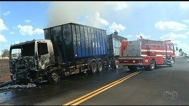Caminhão pega fogo na GO-330, entre Catalão e Goiandira - Chamas começaram depois de um curto circuito dentro da cabine do motorista.