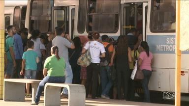 Usuários reclamam da desorganização em terminais de ônibus de São Luís - Falta de organização das filas nas plataformas tem prejudicado os passageiros. Em muitos momentos há empurra-empurra e muita gente passa um verdadeiro sufoco para seguir viagem.